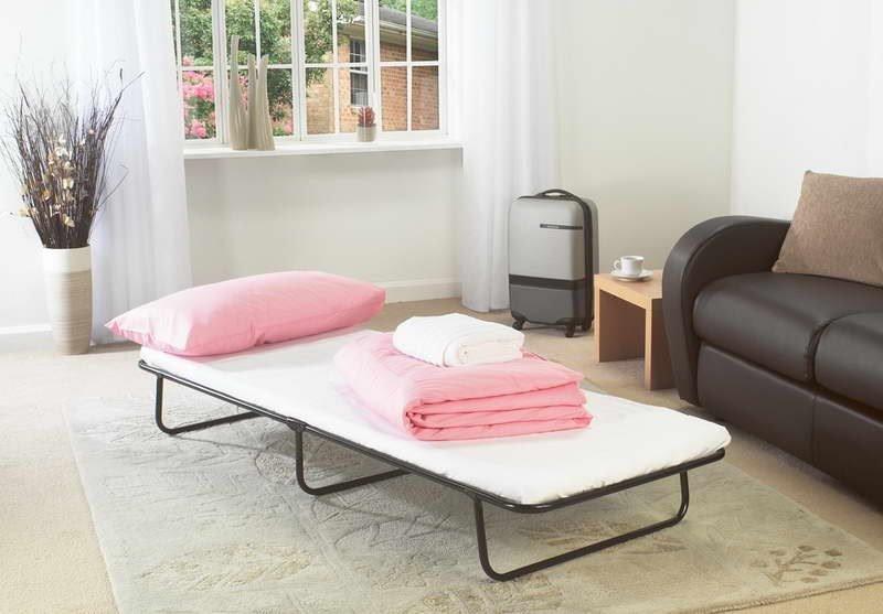 Раскладная тумба-кровать в интерьере комнаты