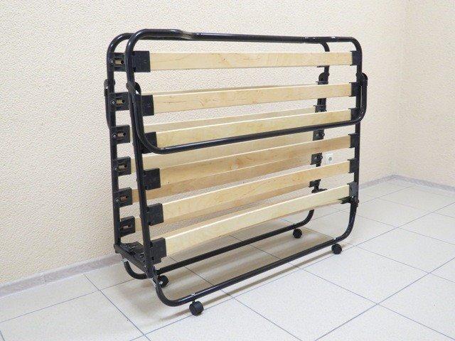 Раскладушка с металлическим каркасом и деревянными ламелями