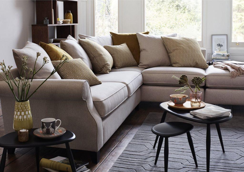 Большой угловой диван модульного типа с механизмом трансформации в интерьере гостиной