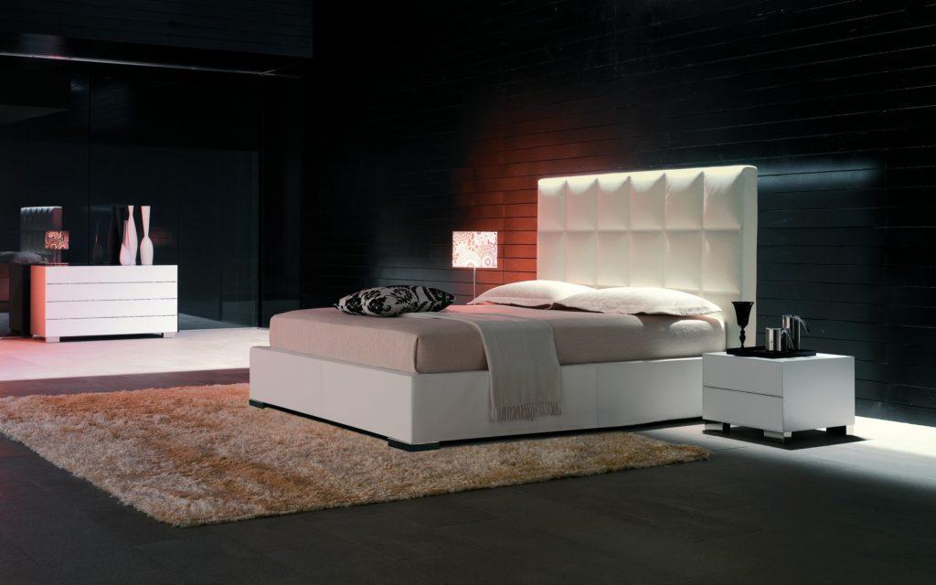 Дорогая роскошная кровать в интерьере спальной