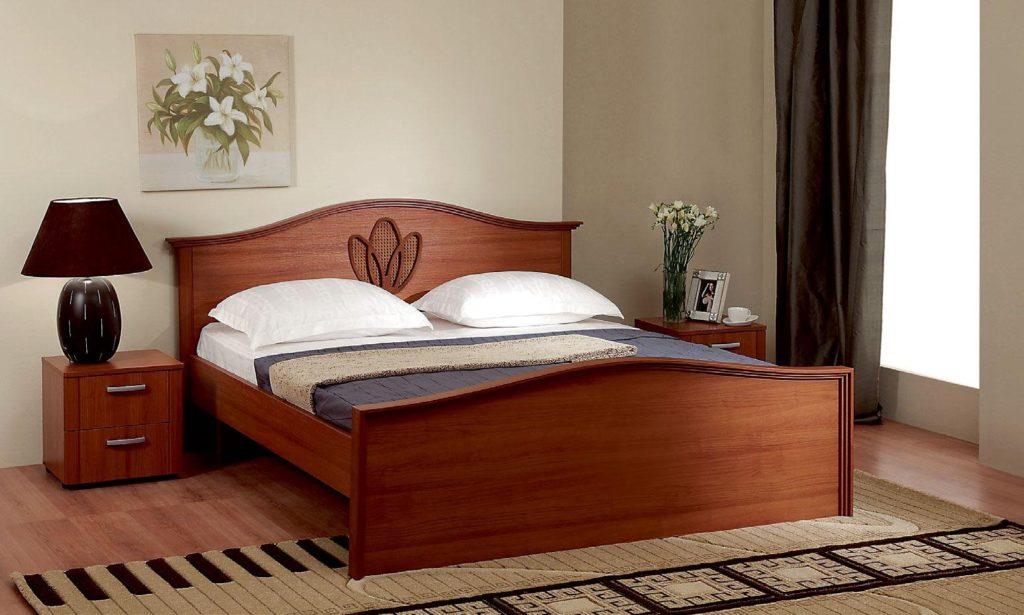 Деревянная кровать с изголовьем и изножьем