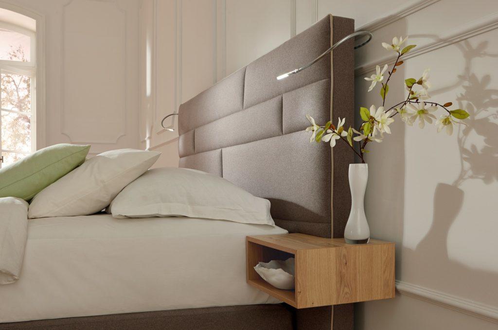 Фото кровати с мягким изголовьем в интерьере комнаты