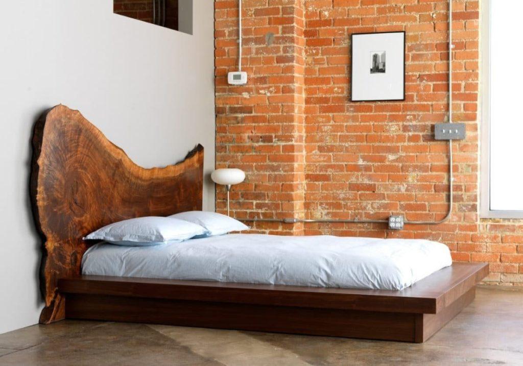 Фото стильной дизайнерской кровати из дерева