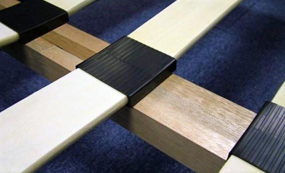 Фото накладных ламелей на ортопедическом двуспальном основании с деревянным каркасом