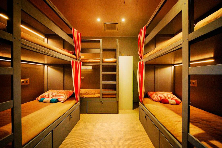 Фото комнаты в хостоле с двухъярусными кроватями