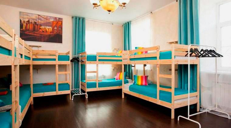 Комната с деревянными двухъярусными кроватями для взрослых