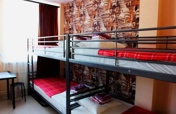 Двухъярусные кровати в интерьере взрослого общежития