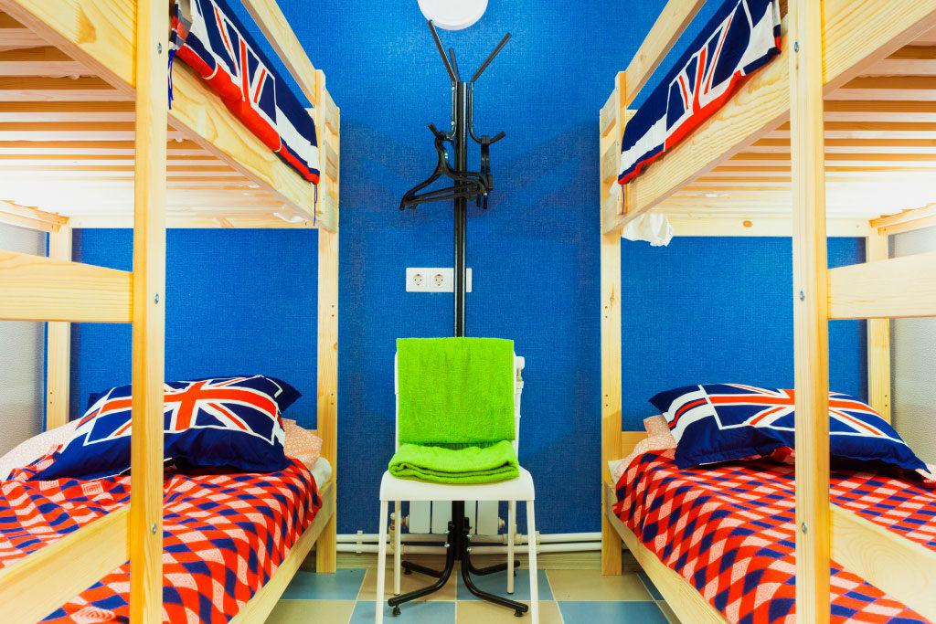 Комната с двухъярусными деревянными кроватями