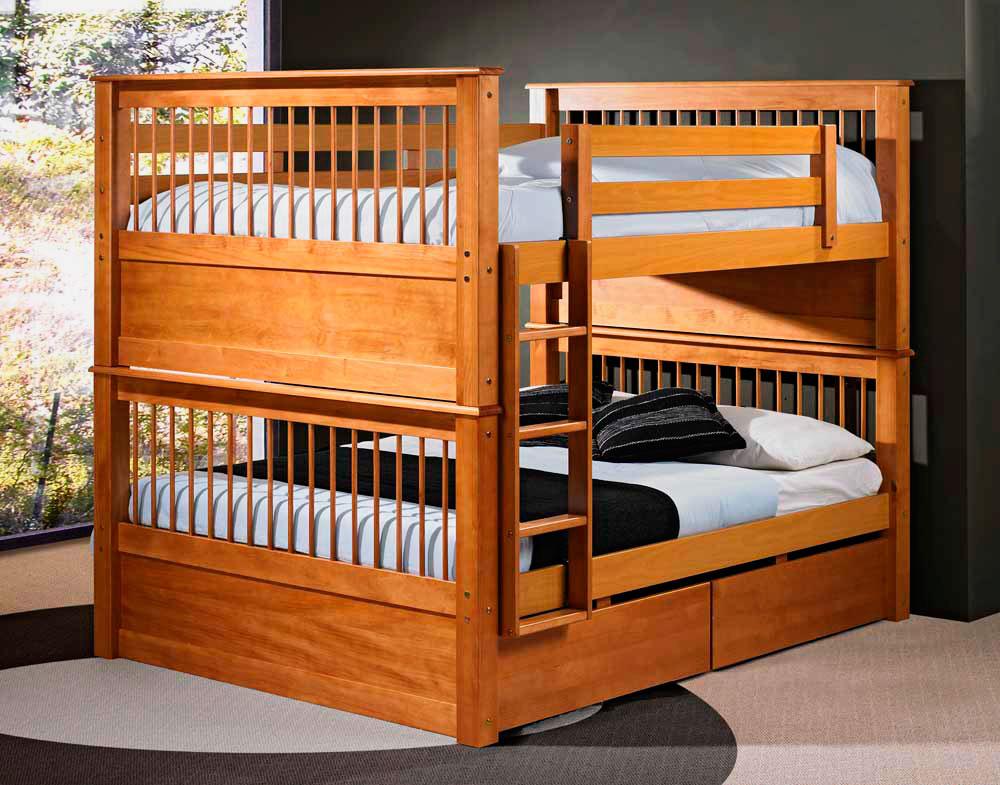 Деревянная двухъярусная кровать с двуспальными местами внизу и вверху