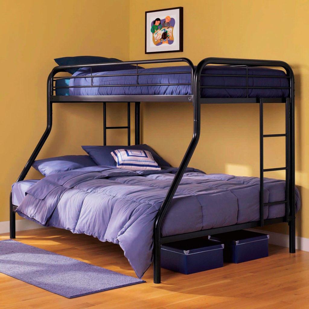 Металлическая двухэтажная кровать с двуспальным местом внизу
