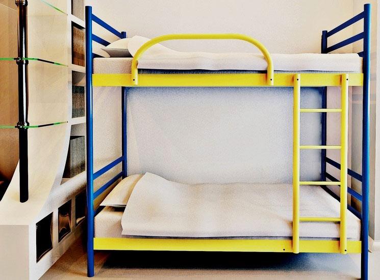 Фото двухэтажной кровати для взрослых на металлическом каркасе