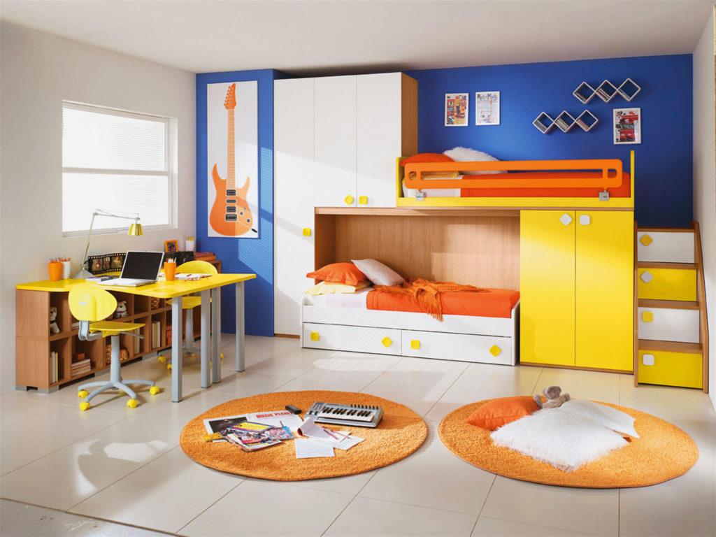 Фото яркой двухъярусной кровати со шкафами в интерьере комнаты