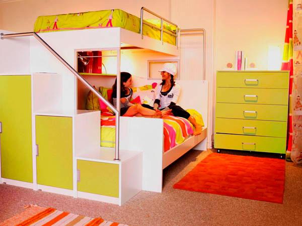 Двухъярусная кровать в интерьере комнаты девочек подростков