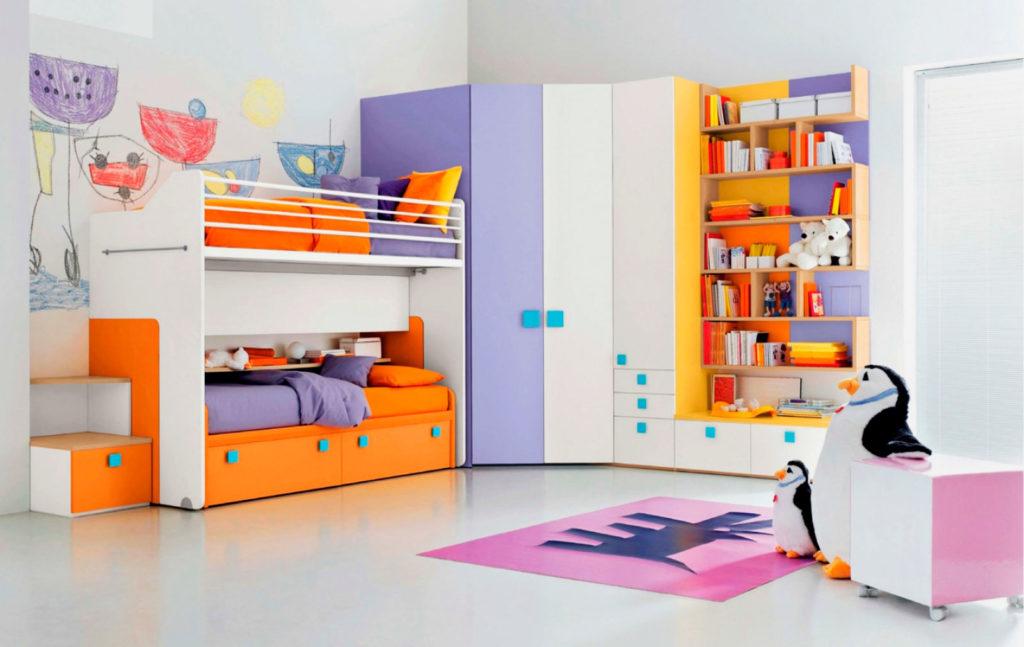Детская стенка с двухъярусной кроватью в интерьере комнаты