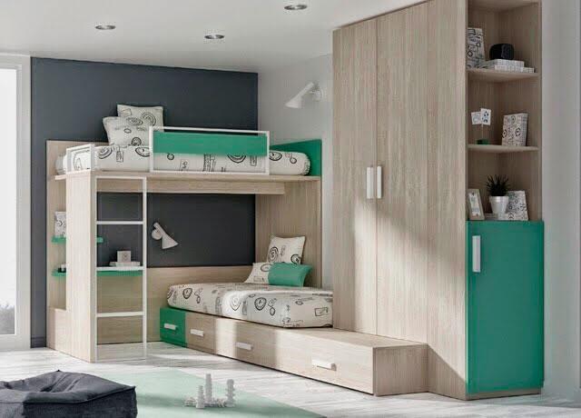 Угловая двухъярусная кровать с большим шкафом под потолок