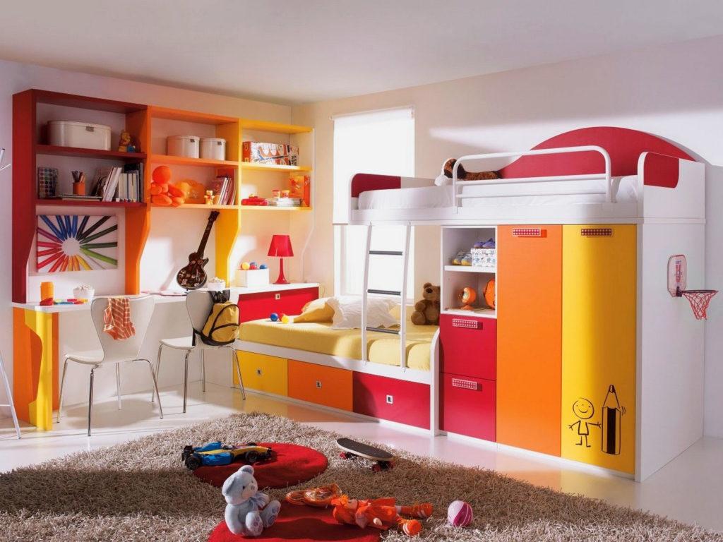 Угловая детская стенка с двухъярусной кроватью с высокими бортиками вверху оснащенная шкафом для хранения вещей