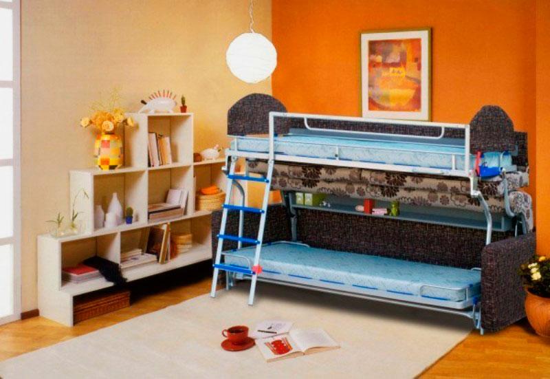 Диван-двухъярусная кровать в интерьере комнаты