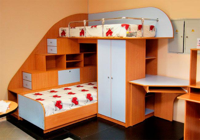 Угловая двухъярусная кровать с рабочей зоной внизу
