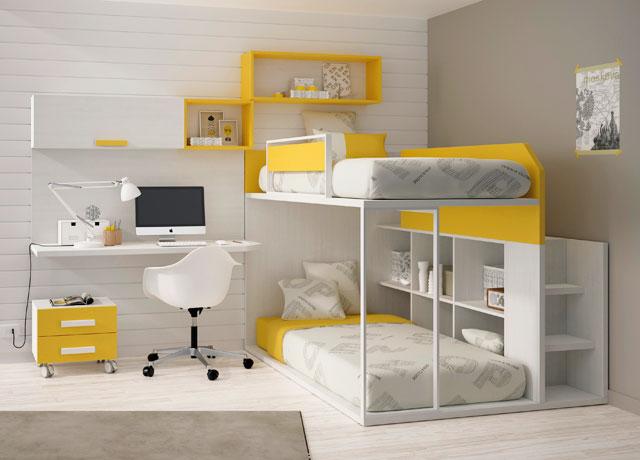 Двухъярусная кровать в со столом интерьере детской комнаты