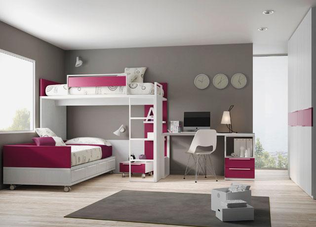 Двухъярусная кровать со столом в интерьере комнаты подростков