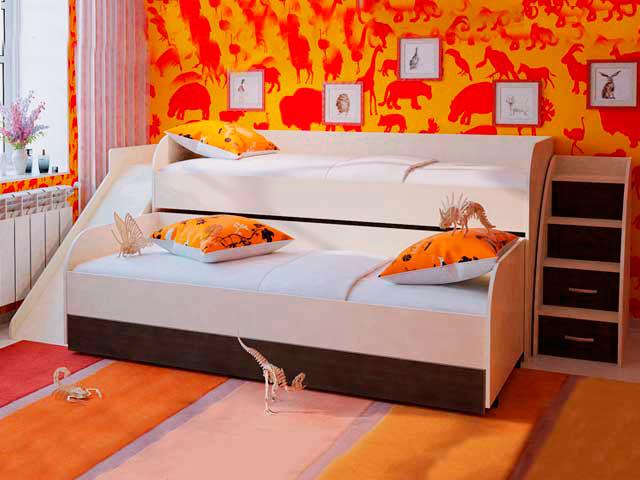 Выдвижная двухъярусная кровать для детей с пристаной горкой в интерьере комнаты