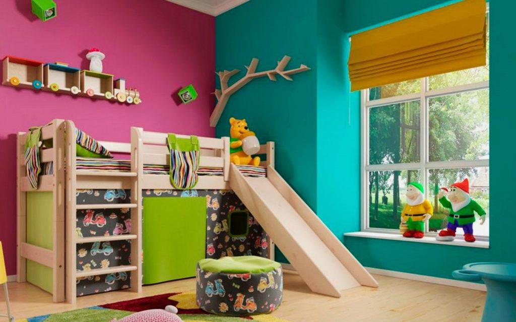 Кровать-чердак с горкой и игровой зоной внизу в интерьере детской комнаты