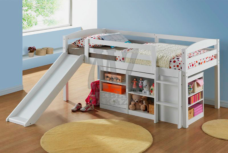 Низкая кровать с горкой для маленьких детей с полочками и ящиками внизу