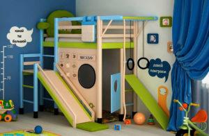 Детская кровать-чердак со спортивным инвентарем и горкой