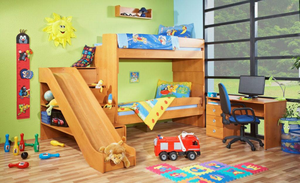 Двухъярусная кровать с горкой в интерьере детской камнаты