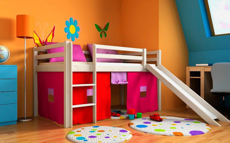 Кровать чердак для маленьких детей с горкой в интерьере комнаты