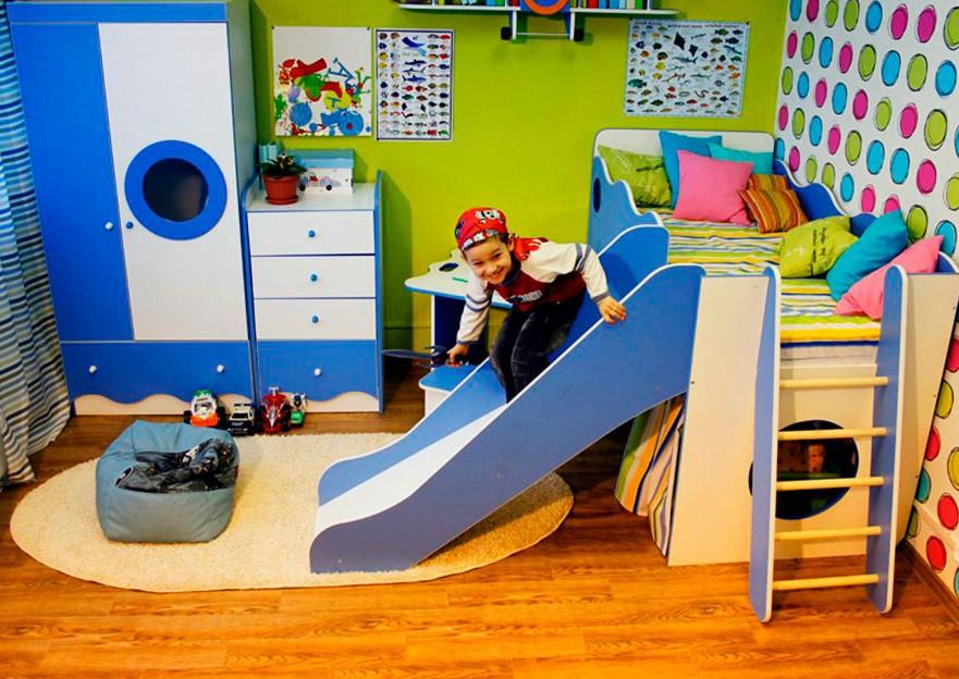 Детская кровать чердак для маленьких мальчиков с игровой зоной внизу и пологой горкой