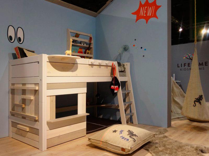 Детская кровать-чердак с игровой зоной внизу в виде домика