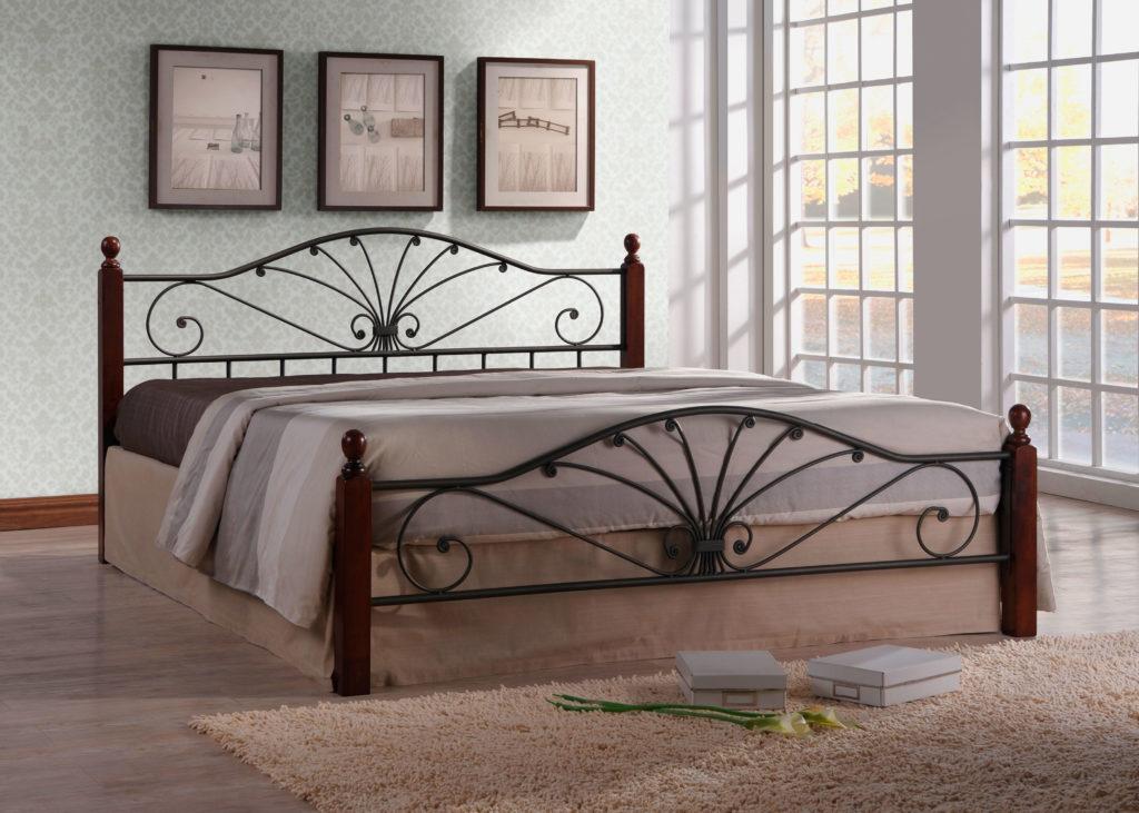Кровать с кованным изголовьем и изножьем у окна в интерьере спальни