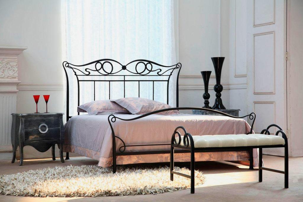 Интерьер спальной с кованой кроватью и банкеткой