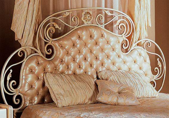 Фото мягкого изголовья кованой кровати