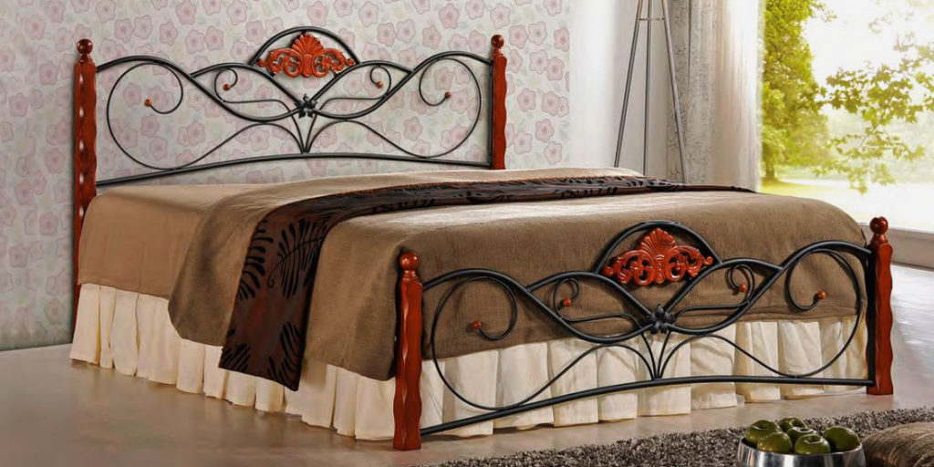 Стильная кованая кровать в интерьере комнаты