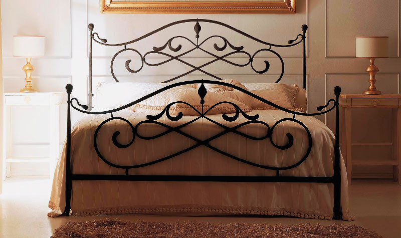 Интерьер спальной комнаты с кованой кроватью