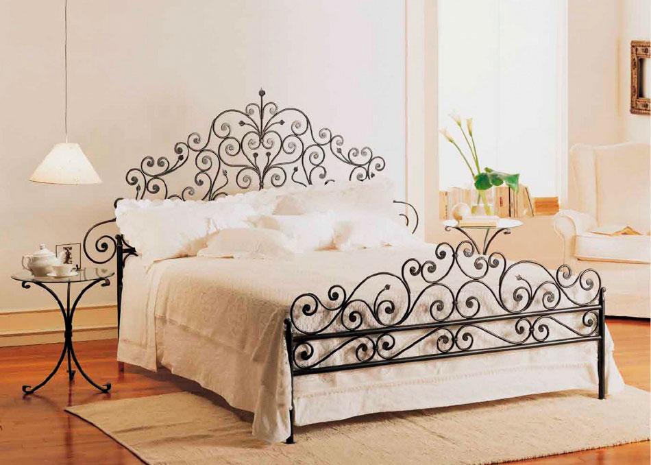 Кованая кровать с красивым большим изголовьем и зножьем