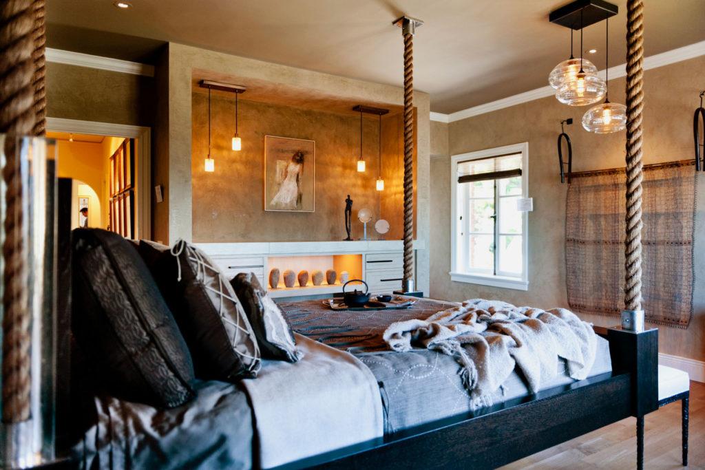 Кровать в интерьере спальной подвешенная к потолку на канаты