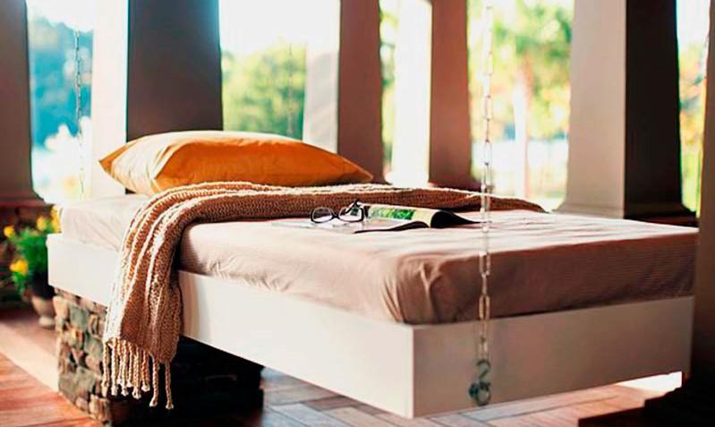 Фото висящей на цепях кровати