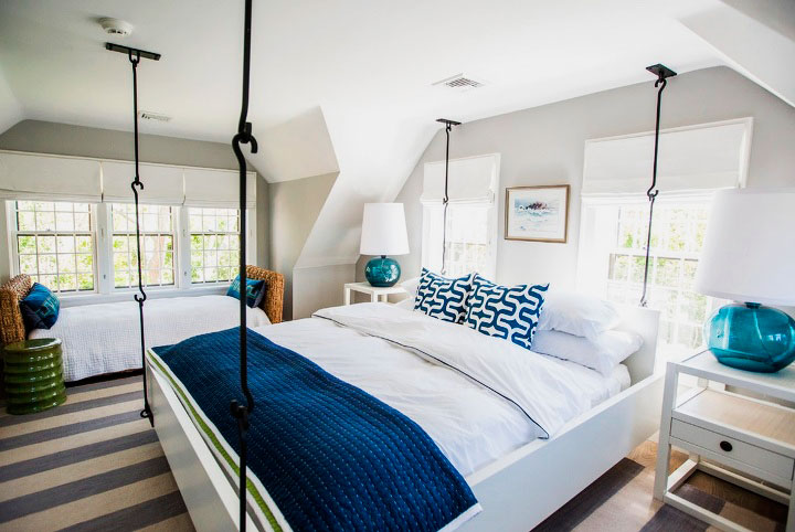 Подвесная кровать с деревянным каркасом