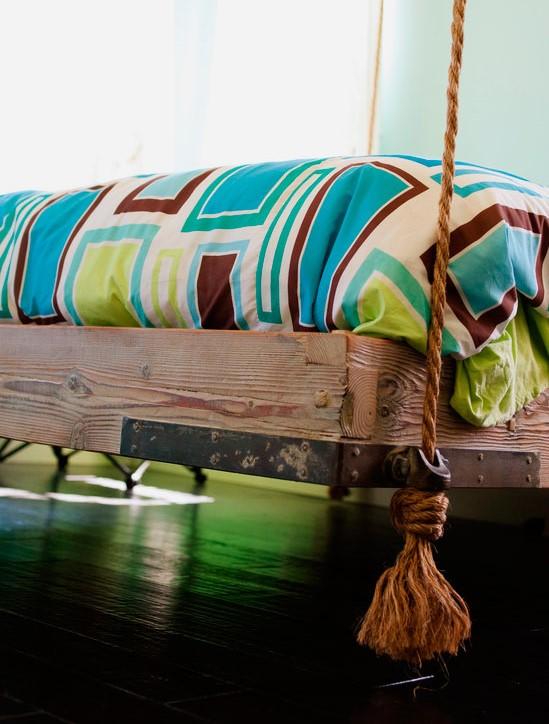 Основание кровати подвешенное к потолку на верёвках