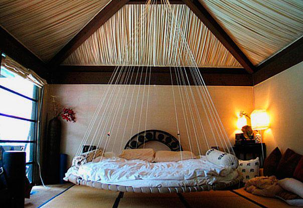 Фото круглой подвесной кровати в спальной