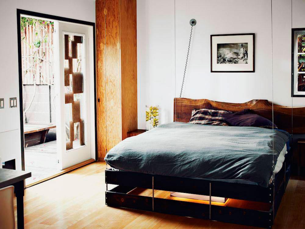 Фото подвесной кровати на тросах в спальной