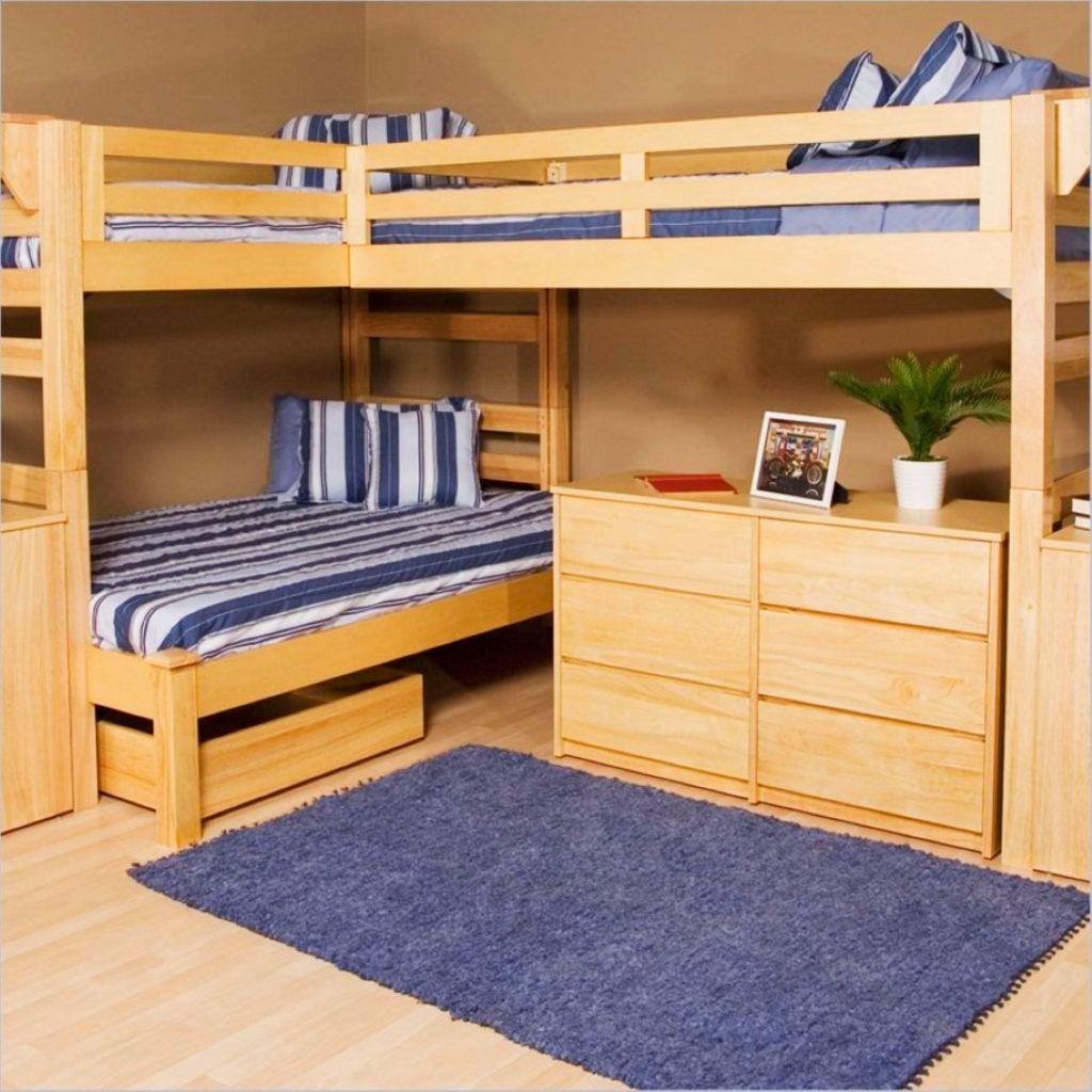 Двузхярусная кровать с двумя спальными местами вверху и одним внизу