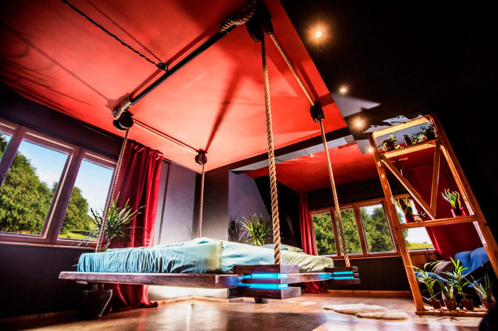 Подъёмная к потолку кровать на канатах