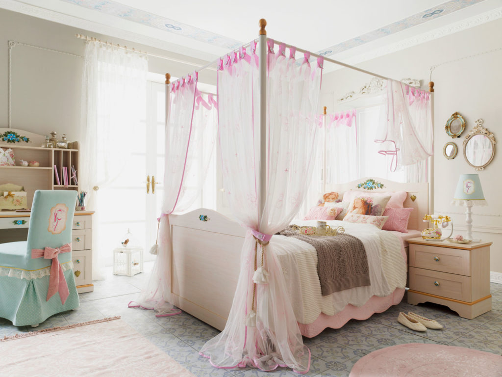 Кровать подростка с балдахином на карнизе