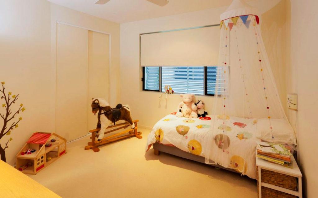 Фото комнаты ребенка с кроватью с балдахином типа корона в интерьере
