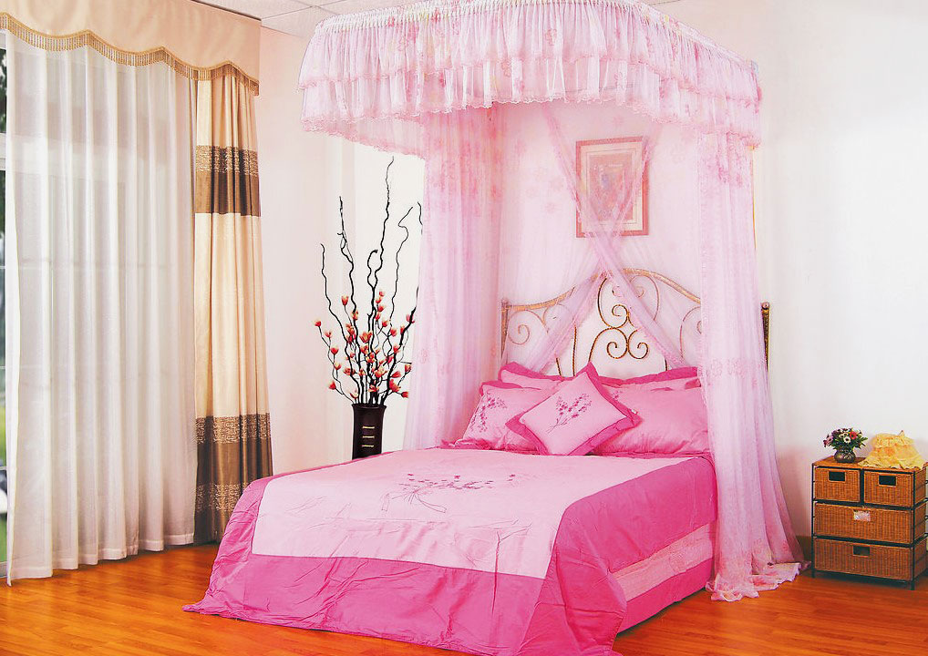 Интерьер детской комнаты с кроватью в розовом цвете с прозрачным розовым балдахином