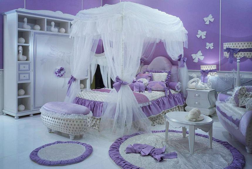 Детская комната в сиреневом цвете с белым прозрачным балдахином над кроватью